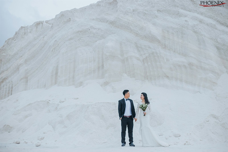 Nhiều cặp đôi sắp cưới đến chụp ảnh cưới trên cánh đồng muối Cà Ná Ninh Thuận